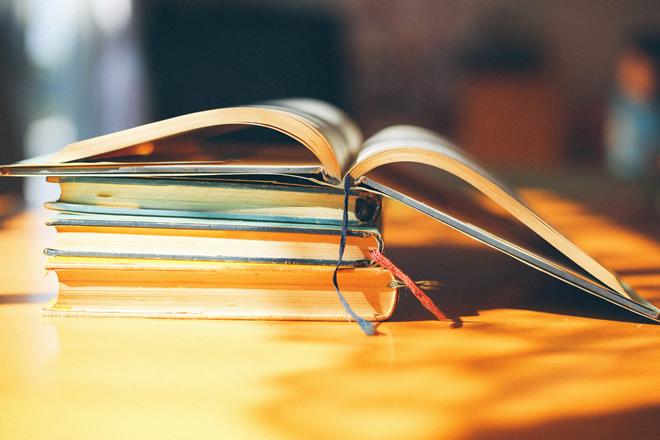 本を開いている(情報のオープン化)