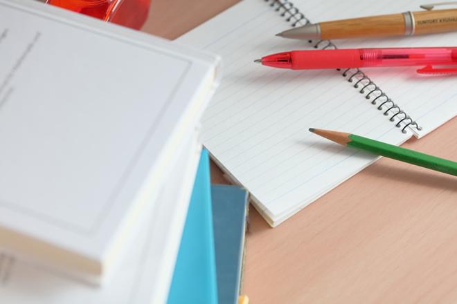複数のノートとペン