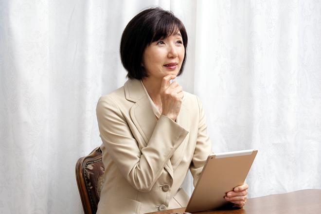 パソコンを見て納得している女性